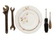 Platten und Hilfsmittel auf Weiß Stockfotos