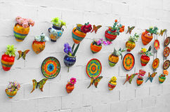 Platten und Schmetterlinge auf der Wand Lizenzfreies Stockbild