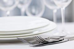 Platten und Tischbesteck stockbilder