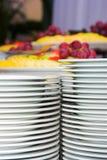 Platten und verschiedene Früchte Lizenzfreies Stockbild