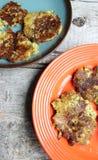 Platten von Blumenkohl-und Brokkoli-Pfannkuchen auf hölzerner Tabelle Lizenzfreie Stockfotografie