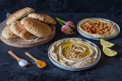 Platten von hummus mit Pittabrot lizenzfreies stockbild