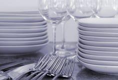 Platten, Weingläser, Tischbesteck - getontes Bild Stockfoto