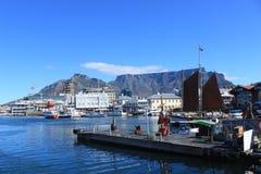 Plattenberg山和小船在江边的港口在开普敦,南非,海蓝色 免版税库存图片