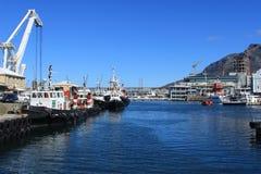 Plattenberg山和小船在江边的港口在开普敦,南非,海蓝色 免版税库存照片