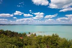 Plattensee mit nettem cloudscape von Tihany-Dorf in Ungarn Lizenzfreie Stockbilder