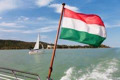 Plattensee V von einer Schiffsplattform mit der ungarischen Flagge und einem sa Stockfotografie