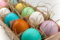 Plattenspeicher mit einheitsgerechten Adressen von zehn färbte Eier auf Weiß Lizenzfreie Stockfotografie
