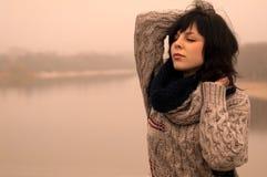Plattforer den emotionella ladyen för skönhet med mörkt hår alone arkivbild