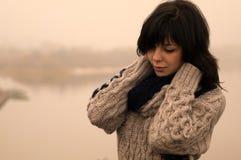 Plattforer den emotionella ladyen för sweetyen med mörkt hår alone royaltyfri foto