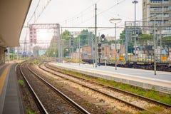 Plattform av järnvägsstationen i solig dag i Rimini, Italien Arkivbild