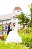 plattform bröllop för härlig för brudparmode för gräs for för brudgum kyssande binder crystal smycken för parcravaten bröllop royaltyfri bild