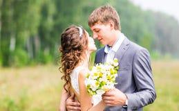 plattform bröllop för härlig för brudparmode för gräs for för brudgum kyssande binder crystal smycken för parcravaten bröllop royaltyfri fotografi