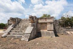Plattform der Adler und der Jaguare in der Mayastadt von Chichen Itza in Mexiko Stockbild