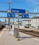 Plattform des Bahnhofs Aaraus in der Schweiz Lizenzfreie Stockfotos