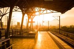 Plattform des Bahnhofs bei Sonnenuntergang stockfoto