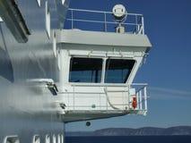Plattform des Kapitäns auf einem Kreuzschiff stockfotos