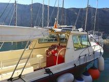 Plattform einer Yacht mit dem Helm Stockfoto