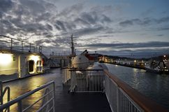 Plattform eines Frachtschiffs während des frühen Sonnenaufgangs stockfotos