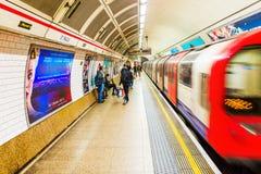 Plattform eines U-Bahnhofs in London, Großbritannien Lizenzfreie Stockfotos