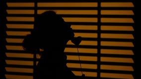 plattform fönster för flicka silhouette close upp arkivfilmer