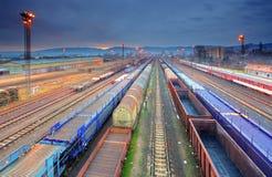 Plattform för drevfrakttrans. - lasttransport Arkivfoton