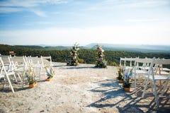 Plattform för ett utgångsceremonibröllop i bergen fotografering för bildbyråer