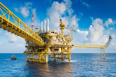 Plattform för fossila bränslenproduktion, fossila bränslenproduktion och utforskningaffär i golfen av Thailand arkivbilder