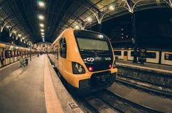 Plattform för SaoBento järnvägsstation med drev i Porto arkivbilder