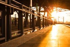 Plattform im Sonnenuntergang lizenzfreies stockfoto