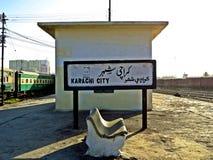 Plattform, Karatschi-Stadt, Bahnstation, Pakistan lizenzfreies stockfoto