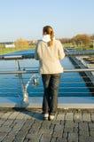 plattform kvinna för bro royaltyfria bilder