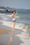plattform kvinnor för strandhav Royaltyfri Bild