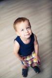Plattform litet barn med huvudet som lyfts upp Royaltyfria Foton