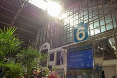 Plattform nummer 6 i järnvägsstationen royaltyfria bilder