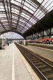Plattform på den huvudsakliga järnvägsstationen i Cologne, Tyskland Fotografering för Bildbyråer
