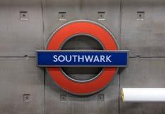 Plattform på Southwark den underjordiska stationen, namn för London visningstation i TFL-roundel arkivfoton