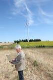 plattform turbinwind för man Royaltyfria Bilder