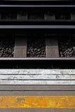 Plattform und Eisenbahnlinie an der London-Bahnstation Stockfotos