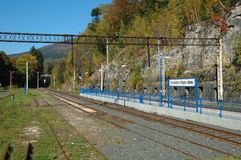 Plattform und Eisenbahnlinien auf Bahnhof Lizenzfreie Stockfotografie
