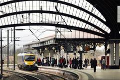 Plattform und Passagiere Lizenzfreie Stockfotografie