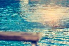 Plattform und Schwimmer im Swimmingpool Stockfotos