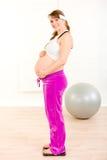 plattform viktkvinna för lycklig gravid scale royaltyfri bild