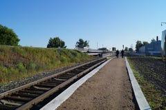 Plattform zwei Leute im Zug entfernt Stockbilder