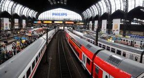 Plattformar i den huvudsakliga trainstationen av Hamburg Royaltyfri Fotografi