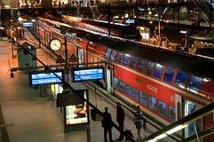 Plattformar i den huvudsakliga trainstationen av Hamburg Royaltyfri Bild