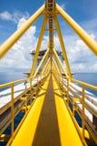 Plattformbau herein in Küstennähe, Wegweise zum Gebäude, Offshoreöl und Gasbau Lizenzfreie Stockbilder