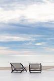 Plattformen för havslandskapskeppsdockan med två stolar älskar begrepp Arkivbild