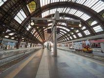 Plattformen Stazione Centrale in Mailand Stockbilder