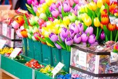 Plattformen von hölzernen Tulpen bei Bloemenmarkt Amsterdam Stockfotos